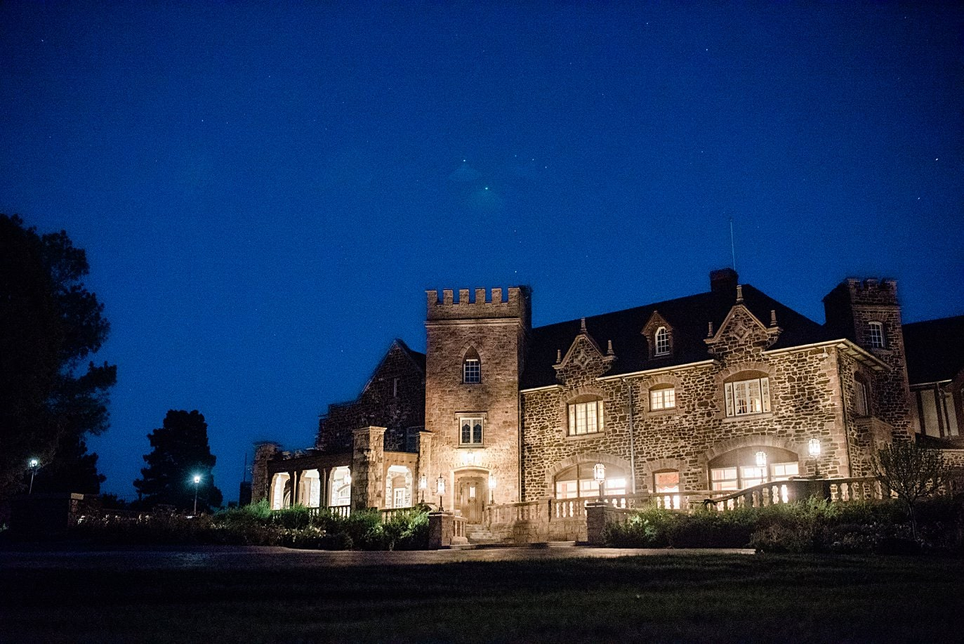 nightime photo at Highlands Ranch Mansion wedding by Boulder wedding photographer Jennie Crate